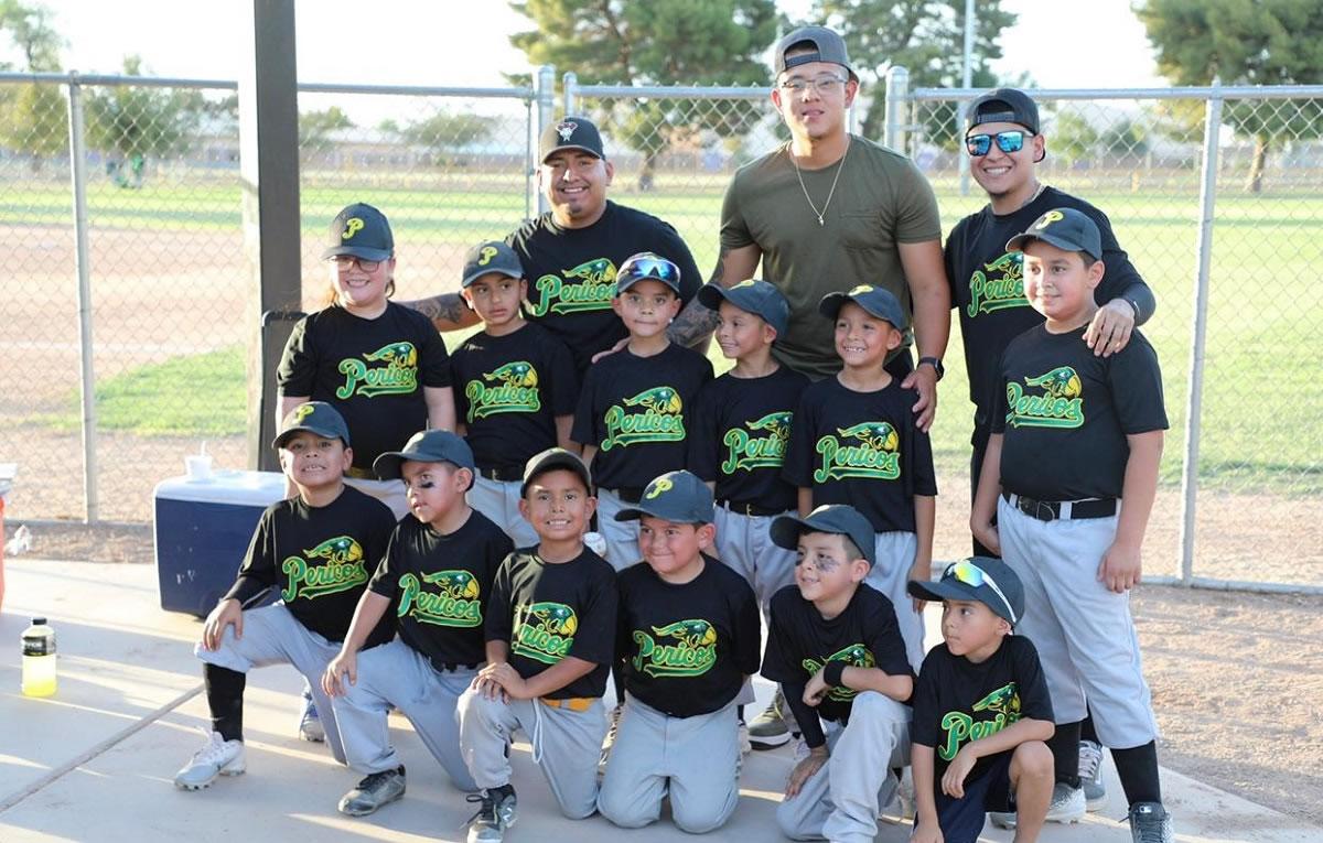 Julio Urías con el equipo infantil Little Pericos de su amigo Andrés Ortega